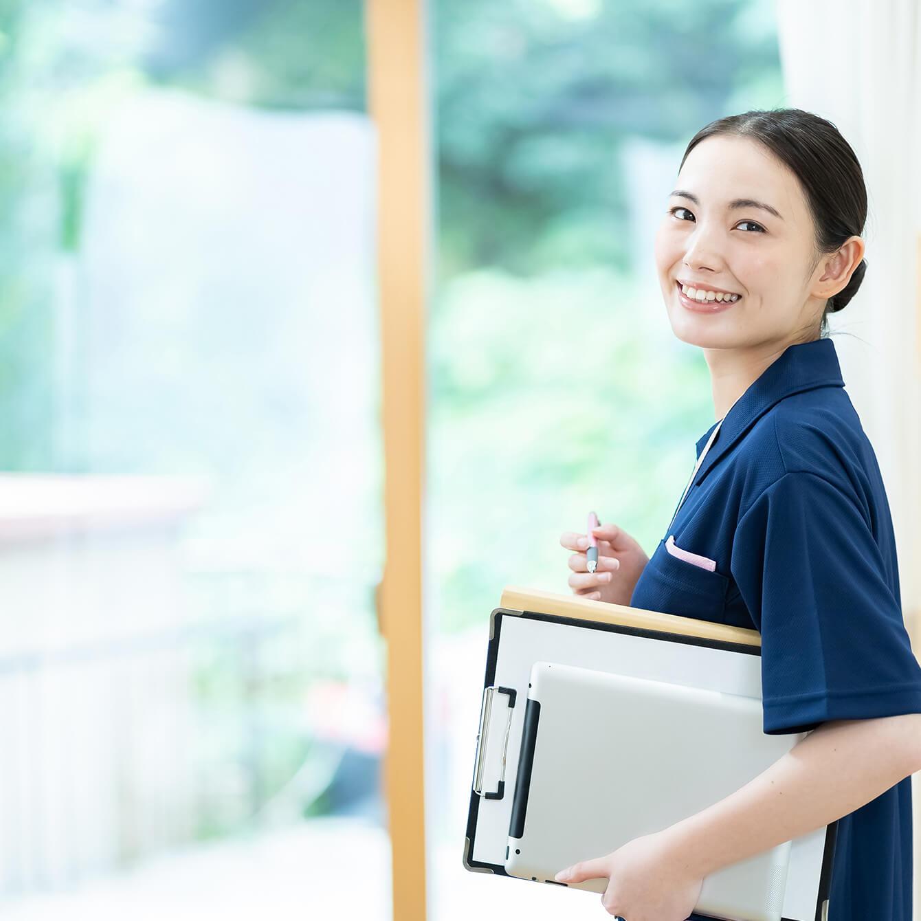 笑顔の介護士の女性